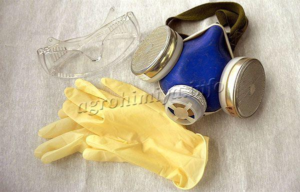 При замешивании раствора, необходимо надевать защитные перчатки, очки и респиратор