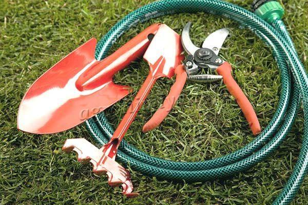 Гашеная известь используется для дезинфекции садового инструмента