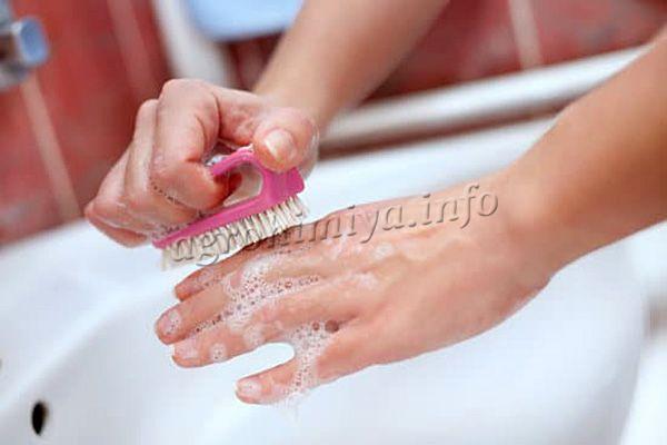 Если препарат попал на кожу, его необходимо сразу же смыть большим количеством теплой воды